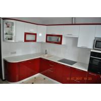 Кухня красно-белого цвета с перламутром