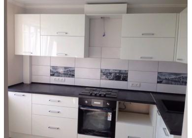 Белая кухня из пластика с горизонтальными полками