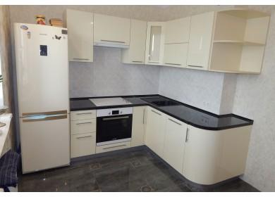 Кухня молочного цвета с глянцевыми фасадами и черной столешницей