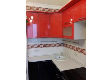 Кухня Хай Тек красного цвета с карнизом